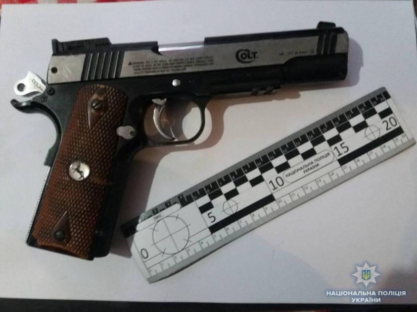 На Свалявщині поліція провела обшуки і виявила зброю