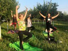 Світанок дня літнього сонцестояння студенти й викладачі УжНУ зустріли йогою на Бамі