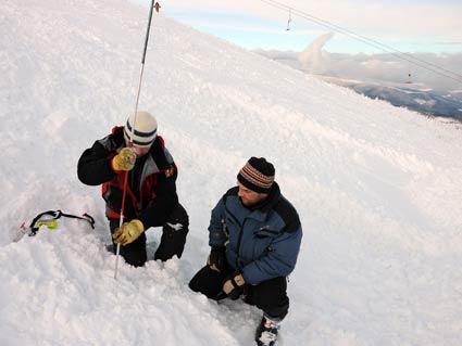 Гірські пошуковці  врятували трьох сноубордистів, яких накрило лавиною