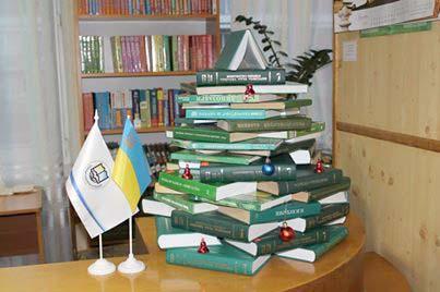 Ялинка із книг (фотофакт)