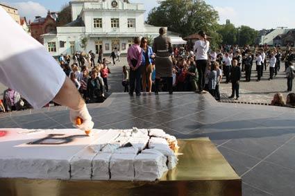 Флеш-мобом та 4-метровим тортом від Валентина Штефаня
