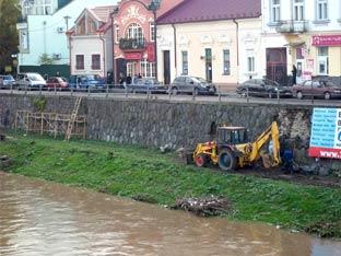 В Ужгороді триває ремонт підпірної стіни Православної набережної