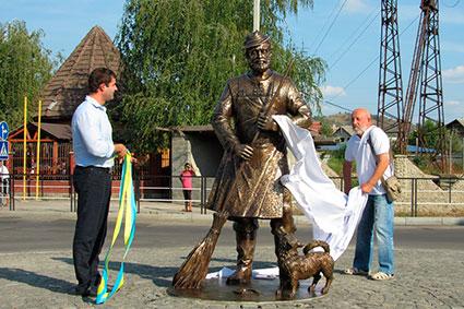 Пам'ятник цигану-двірнику відкрили у Мукачеві
