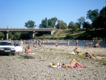 Спека змушує закарпатців рятуватися на водоймах. А їх — обмаль…