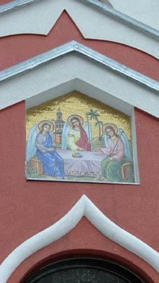На стіні Ужгородської Покровської церкви змонтували мозаїчну ікону Святої Трійці