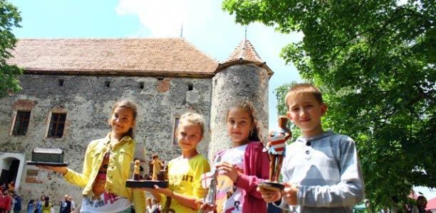 У замку «Сент Міклош» відбулася виставка робіт вихованців Клубу рукотворного мистецтва