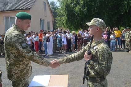 Понад 100 прикордонників-строковиків поповнили лави військових