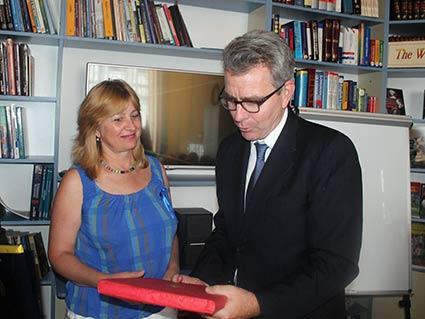 Як пройти в бібліотеку… В Ужгороді Джеффрі Пайєтта зацікавило і це