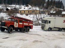 На перевалі застрягли три вантажівки