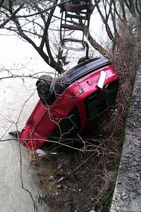 Внаслідок падіння автівки в річку загинув водій