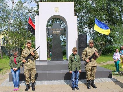 На Виноградівщині відкрили  пам'ятний знак Героям Небесної сотні