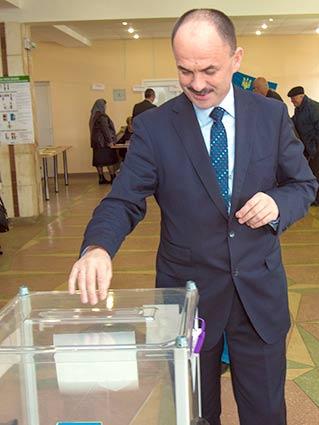 «Проголосував за Україну», — прокоментував свій вибір голова облдержадміністрації