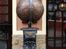 У центрі Ужгорода встановили кований глобус