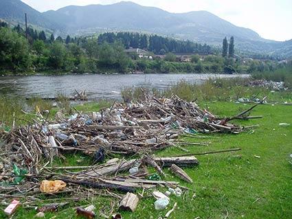 Ріка потопає у смітті