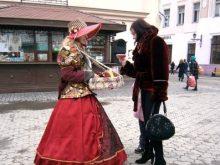 У центрі Ужгорода гуляють гарні дівчата у капелюшках…