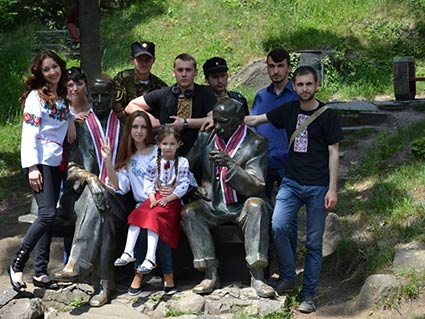 До Дня вишиванки в Ужгороді «припарадилися» навіть пам'ятники