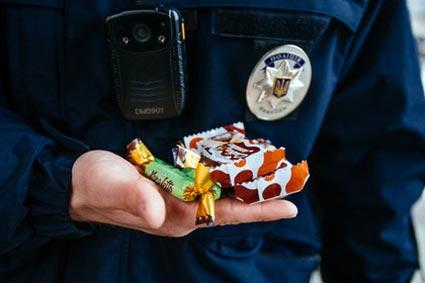 Патрульні поліцейські Ужгорода та Мукачева також вітали гостей Закарпаття із Різдвом