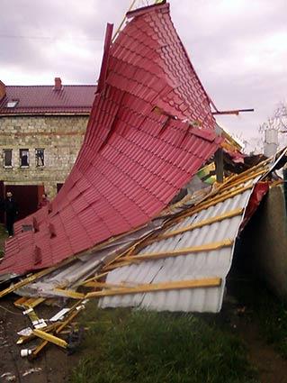 Дах пролетів 15 метрів, зачепивши лінію електропередач