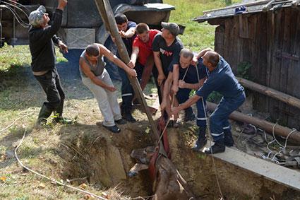Корову з колодязя довелося витягати рятувальникам