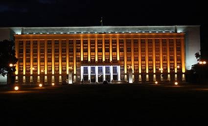 Головну будівлю площі Народної зафарбували у жовто-сині кольори