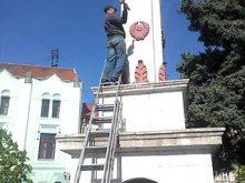 З обеліска в Мукачеві зняли серп і молот