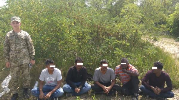 На Ужгородщині прикордонники затримали нелегалів з провідником