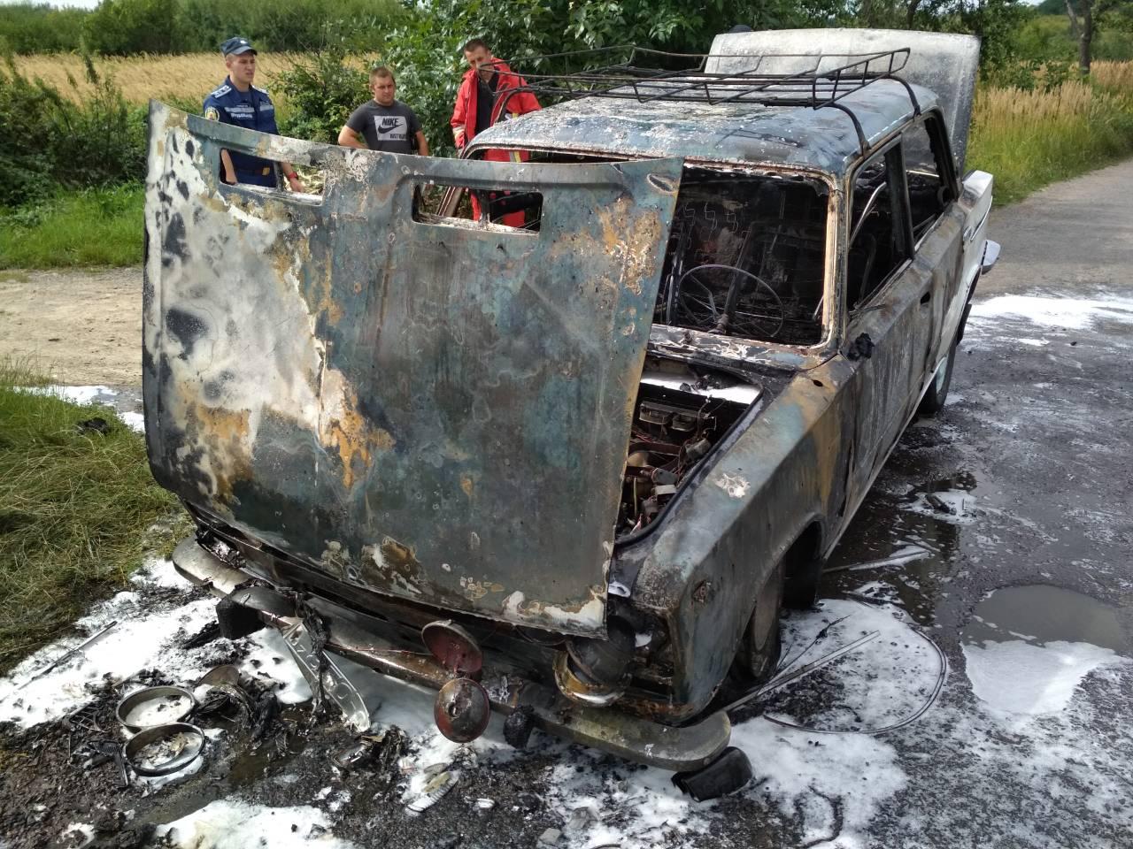 На Ужгородщині вогнеборці ліквідували пожежу в автомобілі