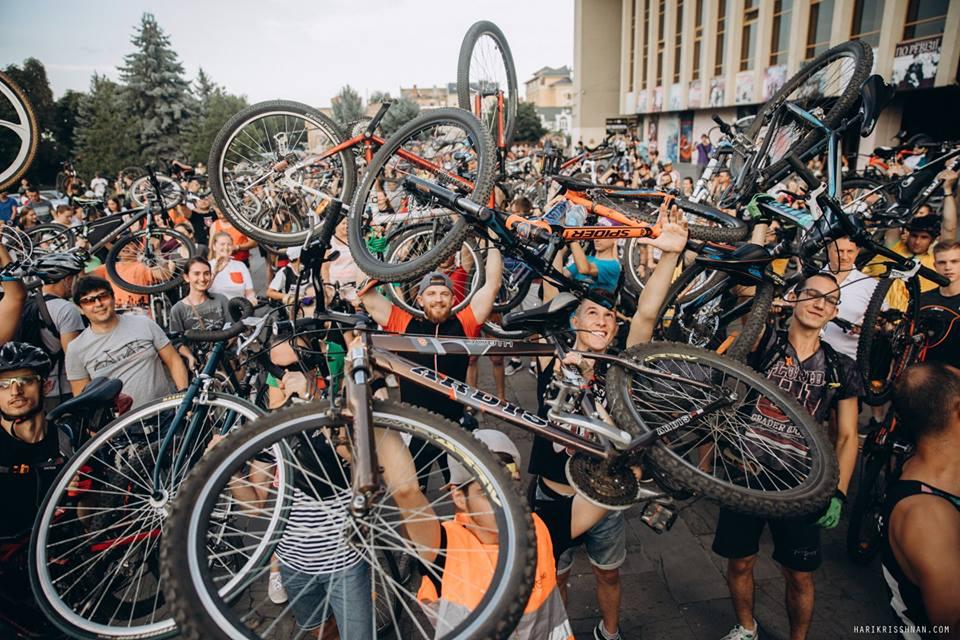 Масштабним велозаїздом усіх закликали пересісти на двоколісний транспорт