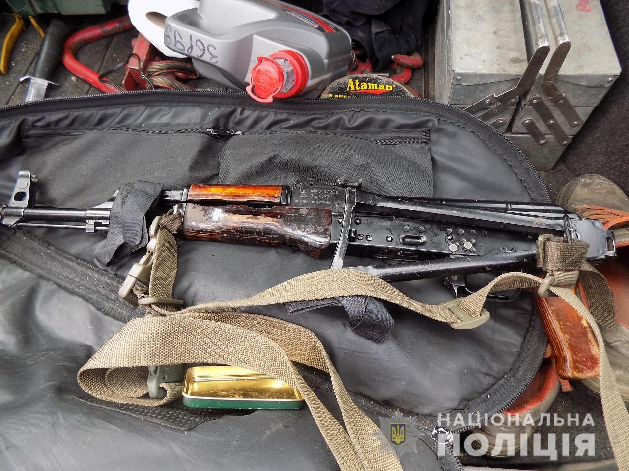 Воловецькі правоохоронці вилучили у водія з Луцька зброю та набої