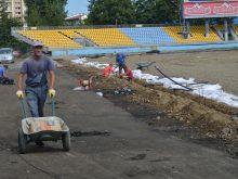 На стадіоні «Авангард» в Ужгороді тривають роботи з оновлення бігової доріжки та футбольного поля