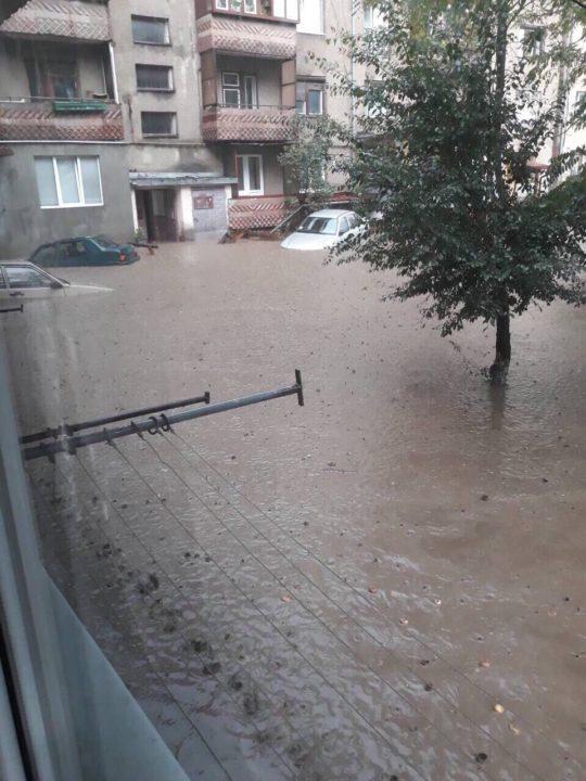 У Рахові півгодинна потужна злива підтопила 50 дворогосподарств і зруйнувала міст