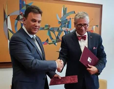 Михайло Рівіс та Іво Вондрак скріпили своїми підписами партнерство міжМораво-Сілезьким краєм таЗакарпаттям