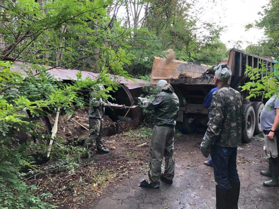 У Рокосові на Хустщині завершують перезавантаження небезпечних хімзасобів