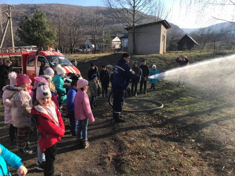 Закарпатські рятувальники вчили дорослих і малих правилам безпеки