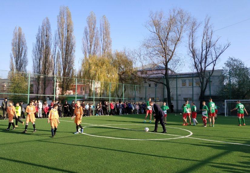 В ужгородській школі відкрили новий спортивний майданчик