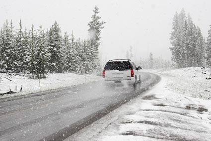 Сильні опади, ожеледиця на дорогах і небезпека сходження лавин: зима лютує