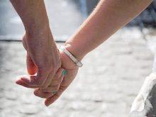 Як ви тримаєте за руку свого партнера?