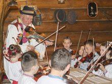 Діток учив 85-літній скрипаль-самородок