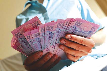 Мінімальна зарплата в Україні становитиме 3200 гривень. Із першого січня наступного року