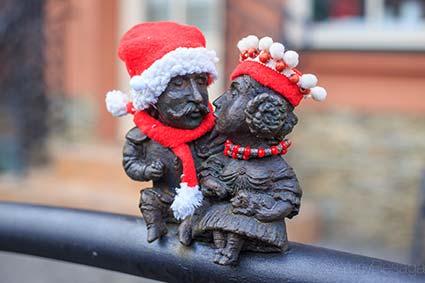 В Ужгороді міні-скульптури вдягли в святкові шати