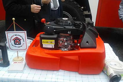 Чеські колеги подарували рятувальникам плаваючу мотопомпу