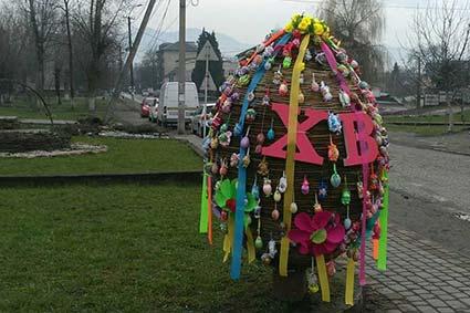 Символ Великодніх свят,виплетений із лози та оздоблений звичайними писанками з'явився в центрі Буштина